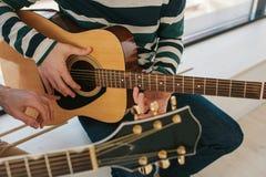 Aprendizaje tocar la guitarra Educación de la música y lecciones extracurriculares Foto de archivo