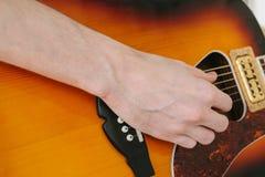 Aprendizaje tocar la guitarra Educación de la música y lecciones extracurriculares Aficiones y entusiasmo para tocar la guitarra  foto de archivo libre de regalías