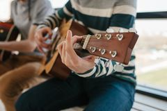 Aprendizaje tocar la guitarra Educación de la música y lecciones extracurriculares Aficiones y entusiasmo para tocar la guitarra  fotografía de archivo libre de regalías