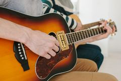 Aprendizaje tocar la guitarra Educación de la música y lecciones extracurriculares Aficiones y entusiasmo para tocar la guitarra  foto de archivo