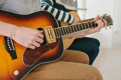 Aprendizaje tocar la guitarra Educación de la música y lecciones extracurriculares Aficiones y entusiasmo para tocar la guitarra  fotos de archivo