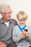 Aprendizaje utilizar un smartphone Fotos de archivo libres de regalías