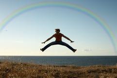 Aprendizaje volar bajo el arco iris Fotos de archivo libres de regalías