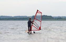 Aprendizaje windsurf Fotos de archivo