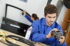 Aprendizes novos dos mecânicos na oficina Foto de Stock