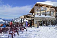 Apres skidar i en bergchaletstång Fotografering för Bildbyråer
