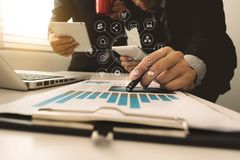 Apresentação da reunião de negócios da equipe Projeto de funcionamento do homem de negócios da mão fotografia de stock