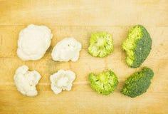 Apresentação de duas variedades de Brassica Oleracea: Couve-flor e brócolis Fotos de Stock Royalty Free