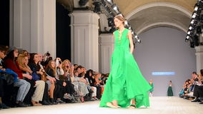 Apresentação de Larisa LOBANOVA, a semana de moda ucraniana 2015,