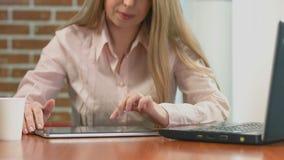 Apresentação de observação da mulher de negócios, imagens de deslizamento no PC da tabuleta video estoque