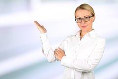 Apresentação de sorriso da mulher de negócio apresentações fotografia de stock royalty free