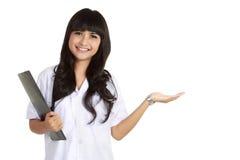 Apresentação de sorriso do doutor fêmea Fotografia de Stock Royalty Free
