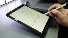 Apresentação de um PC novo da tabuleta na loja do tipo de Samsung video estoque