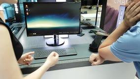 Apresentação de um smartphone novo da galáxia S8 na loja do tipo de Samsung video estoque