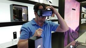 Apresentação de uma versão 2017 nova do capacete da engrenagem VR na loja do tipo de Samsung video estoque
