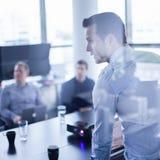 Apresentação do negócio na reunião incorporada imagens de stock royalty free