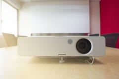 Apresentação do projetor na luz solar da placa branca da sala de reunião da janela Fotografia de Stock