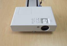 Apresentação do projetor na tabela na sala de reunião Foto de Stock