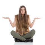 Apresentação ocasional de assento da mulher fotografia de stock royalty free