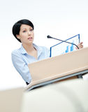Apresentador da mulher na placa Imagem de Stock