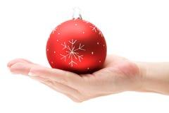 Apresentando um Bauble vermelho do Natal Imagem de Stock Royalty Free