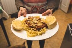 Apresentando uma placa completamente dos espaguetes e do pão foto de stock royalty free