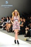 Apresentar modelo projeta de Jonathan Simkhai de New York em Audi Fashion Festival 2012 fotos de stock royalty free
