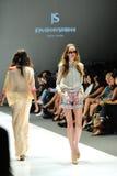 Apresentar modelo projeta de Swarovski com o reino do tema das joias em Audi Fashion Festival 2012 Foto de Stock