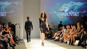 Apresentar modelo projeta de Swarovski com o reino do tema das joias em Audi Fashion Festival 2012 Fotografia de Stock Royalty Free
