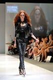 Apresentar modelo projeta de Swarovski com o reino do tema das joias em Audi Fashion Festival 2012 Fotos de Stock Royalty Free