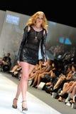 Apresentar modelo projeta de Swarovski com o reino do tema das joias em Audi Fashion Festival 2012 Fotografia de Stock