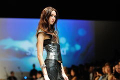 Apresentar modelo projeta de Swarovski com o reino do tema das joias em Audi Fashion Festival 2012 Imagens de Stock