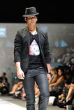 Apresentar modelo projeta de Swarovski com o reino do tema das joias em Audi Fashion Festival 2012 o 18 de maio de 2012 Imagem de Stock