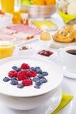 Apresente completamente com os artigos do almoço completo, iluminados brilhantemente Fotografia de Stock