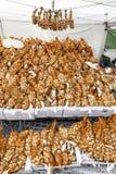 Apresente completamente dos ramalhetes da cebola em um mercado em Helsínquia Fotos de Stock