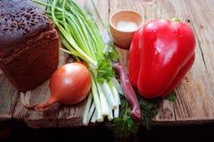 Apresente da receita rústica rural do vegetal cru do alimento da pimenta o tempero rural de madeira que cozinha o alimento Fotos de Stock Royalty Free