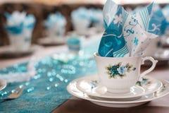 Apresente a decoração no branco e a turquesa para o café Imagens de Stock
