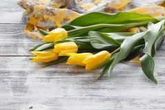 Apresente a mulher após ter recebido um ramalhete das flores fotografia de stock royalty free