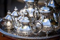 Apresente o ajuste com os copos de prata do chá ou de café Fotografia de Stock Royalty Free