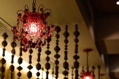 Apresente o ajuste com o restaurante indiano dos guardanapo e luzes de suspensão Foto de Stock Royalty Free