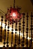 Apresente o ajuste com o restaurante indiano dos guardanapo e luzes de suspensão Imagem de Stock Royalty Free
