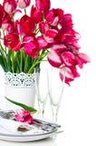 Apresente o ajuste com tulipas e vidros de vinho cor-de-rosa do vintage Imagens de Stock