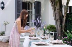 Apresente o ajuste de lugar para um partido de jardim exterior informal fotografia de stock royalty free