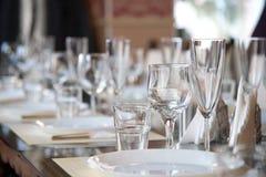 Apresente o ajuste no restaurante, incluindo vidros para o vinho, champanhe e conhaque, guardanapo e placas para convidados Foto de Stock Royalty Free
