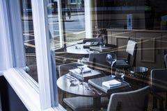 Apresente o ajuste no restaurante moderno, tabela ajustada para a refeição, fotografia de stock