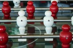 Apresente o jogo de futebol, tabela do futebol com fim acima do pl vermelho e branco Foto de Stock