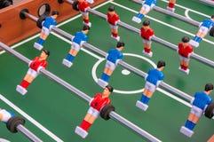 Apresente o jogo de futebol, tabela do futebol com os jogadores vermelhos e azuis foto de stock royalty free