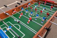 Apresente o jogo de futebol, tabela do futebol com os jogadores vermelhos e azuis fotografia de stock