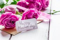 Apresente para a mulher com peônia, cartão com texto para a mãe Fotografia de Stock Royalty Free
