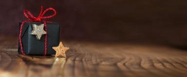 Apresente para o Natal com as estrelas douradas e de prata Fotos de Stock Royalty Free